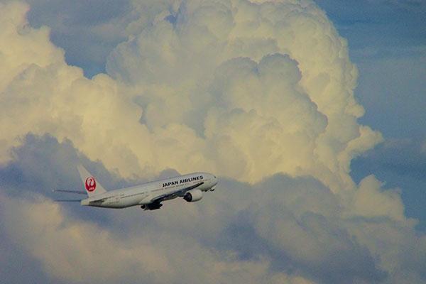 羽田空港にて(積乱雲と離陸機)
