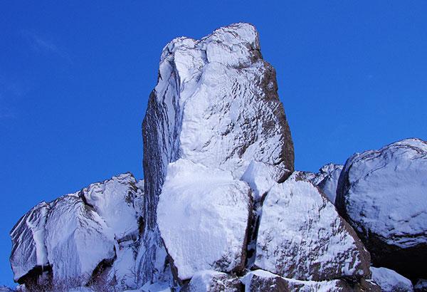 源太岩の冠雪