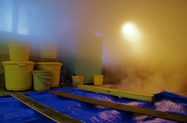 濃縮海水を煮詰める作業