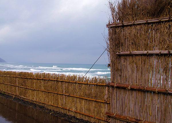 間垣と荒れる海