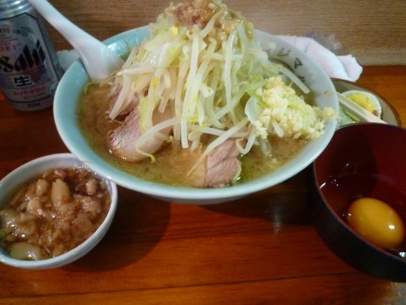 12年9月16日 富士丸西新井 富士丸ラーメン麺少な目 ヤサイちょいましニンニクアブラ 生卵(サービス) ビール