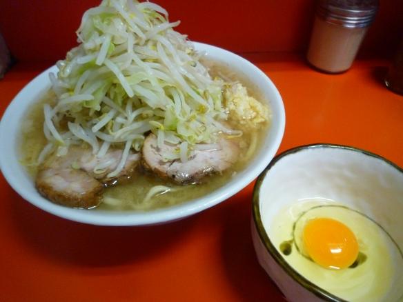 12年9月24日 神保町 ラーメン麺少な目 ヤサイニンニク 生卵