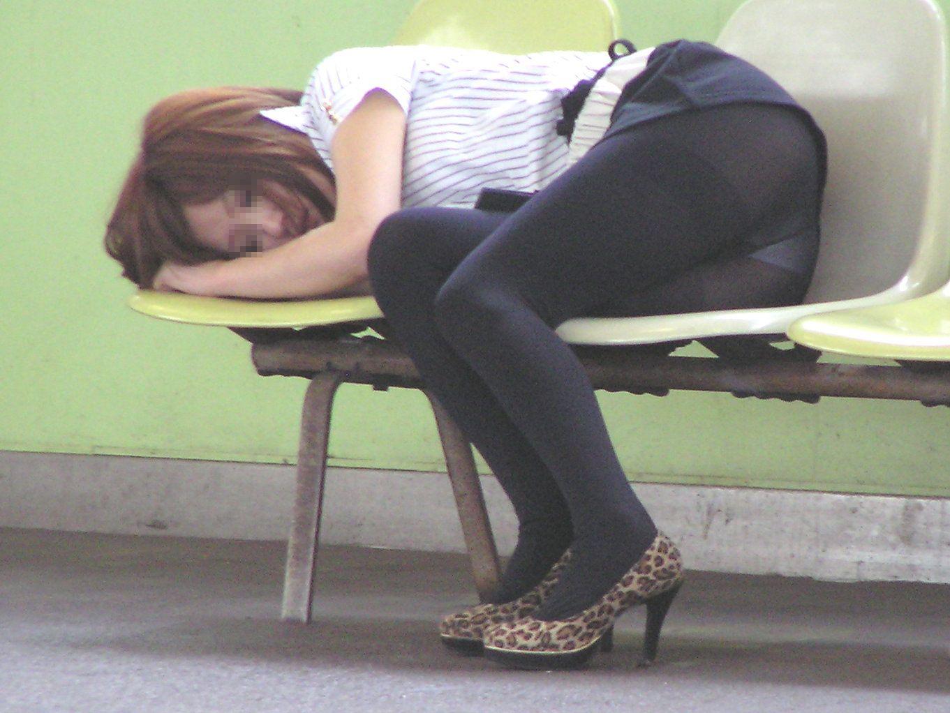 駅のベンチでパンチラ爆睡
