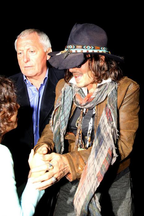 INF_Johnny_Depp_consoles_a_you_2279056.jpg