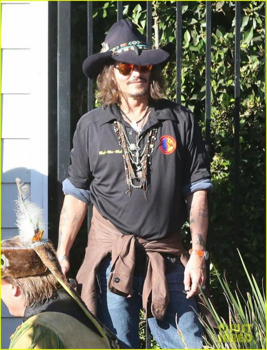 johnny-depp-plays-daddy-at-school-fundraiser-02_20121121074054.jpg