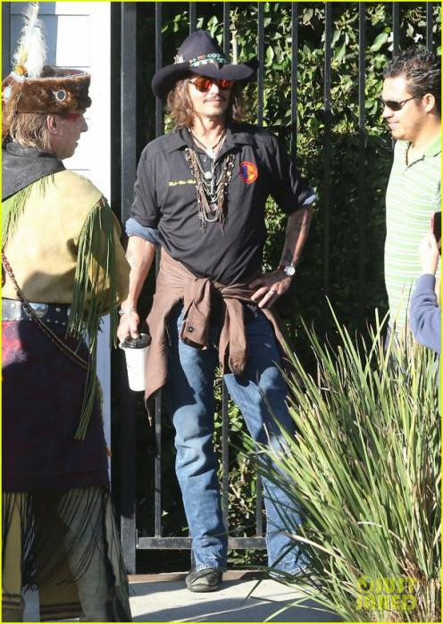 johnny-depp-plays-daddy-at-school-fundraiser-03_20121121074054.jpg