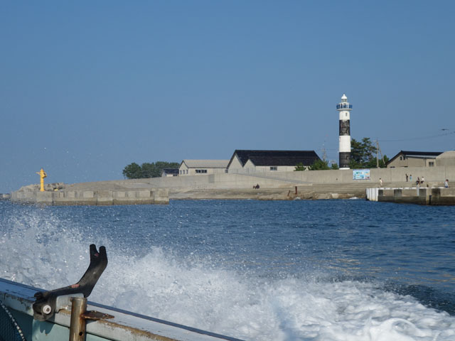 海から灯台を