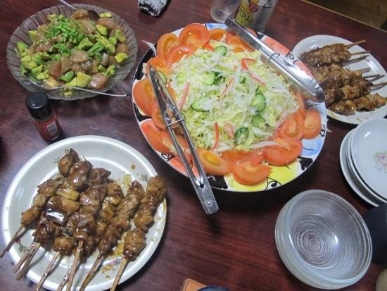 焼き鳥,サラダ,マグロとアボカドのわさび醤油和え