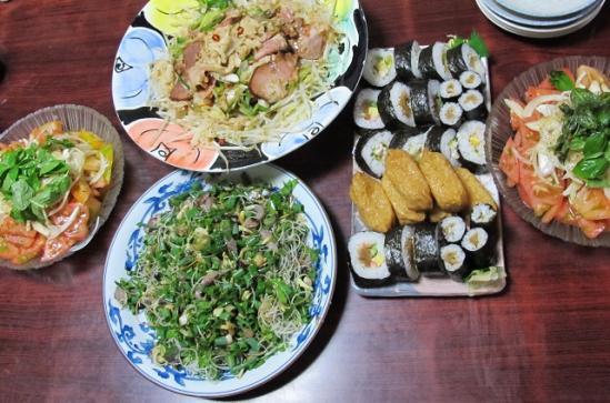 もやしと焼き豚、刺身サラダ、寿司、トマトとオニオンとバジルのサラダ