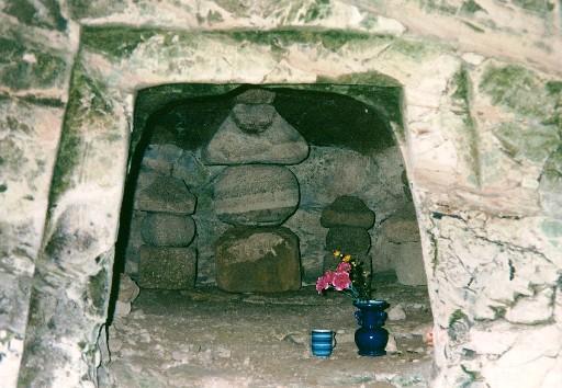 先祖やぐら横穴棺室五輪塔