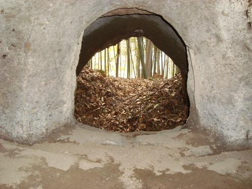 宮ノ前横穴墓群棺室内部より
