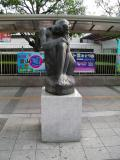 金山総合駅 Figura Accoccolata