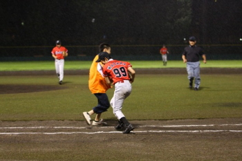 130727野球14-同期のライバルにタッチする瀧川選手