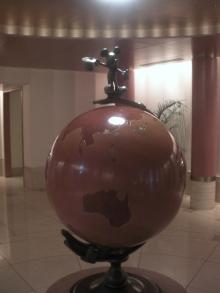 エレベーターホールの地球儀