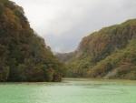 湖面の色が。