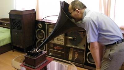 ロウ管録音中  ラッパに向かって大きな声で吹き込みます