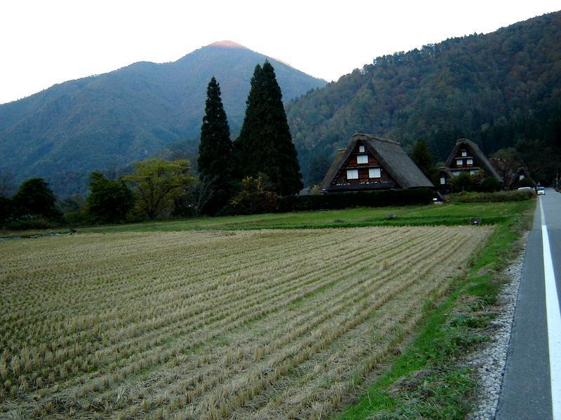 秋風が足早に駆け、朝晩はヒンヤリ~白川郷の紅葉はこの時期からがピークを迎えます~ ⑤