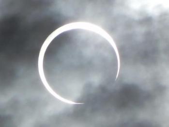 太陽と月と雲