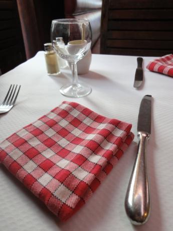 テーブルにて待つ!