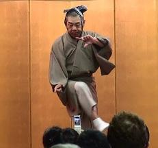 深川の「狐拳」のポーズ桜川米七さん