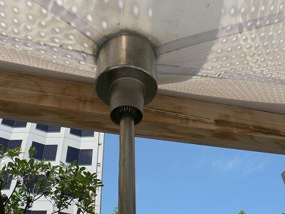 施設の上に雨水テントがあります