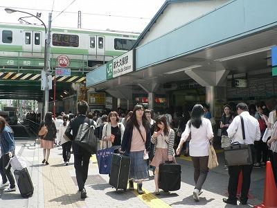 新大久保駅です