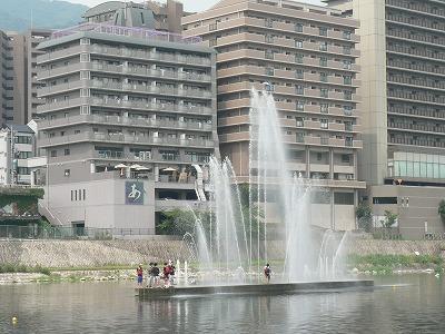 武庫川には30分ごとに噴水があがります