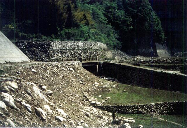 下筌ダム。下流に残る石の橋