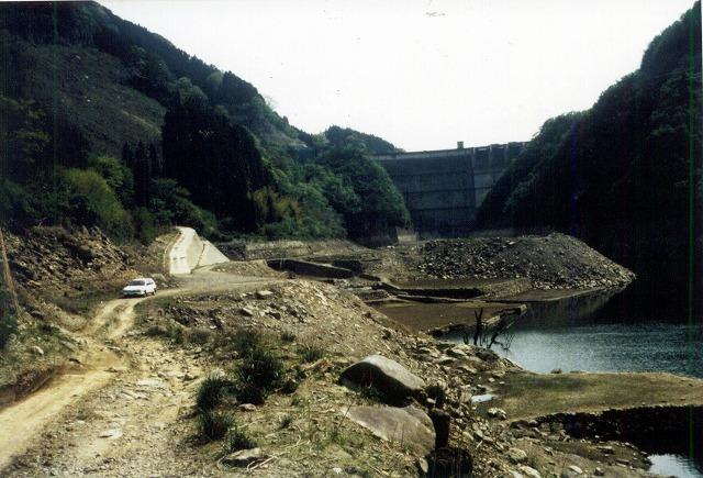 下筌ダム。下流から見上げ