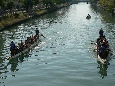 ドラゴンボートです。競争しています