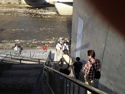 宝塚温泉の北側の石段を下ります