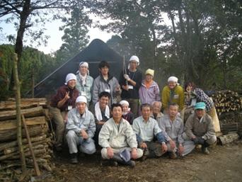 ↑炭窯の前で地元の方と(昨年度)