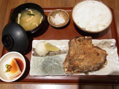 魚角 三軒茶屋店(まぐろカマ焼き定食(ガーリック)¥890)