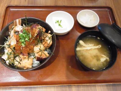 魚角 三軒茶屋店(イクラと鮭の親子丼¥990)