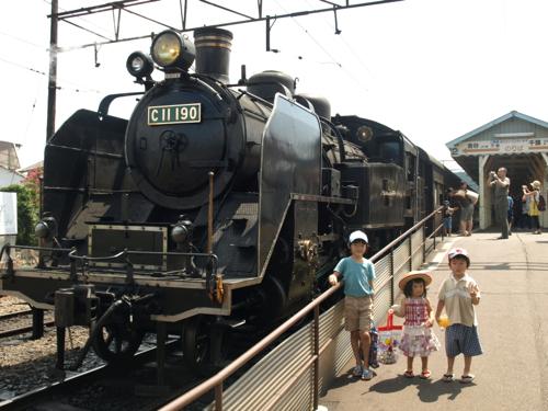 b20130819蒸気機関車の前で