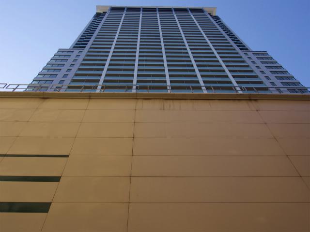 大橋JCTに隣接する高層ビル。マンションなのかな?