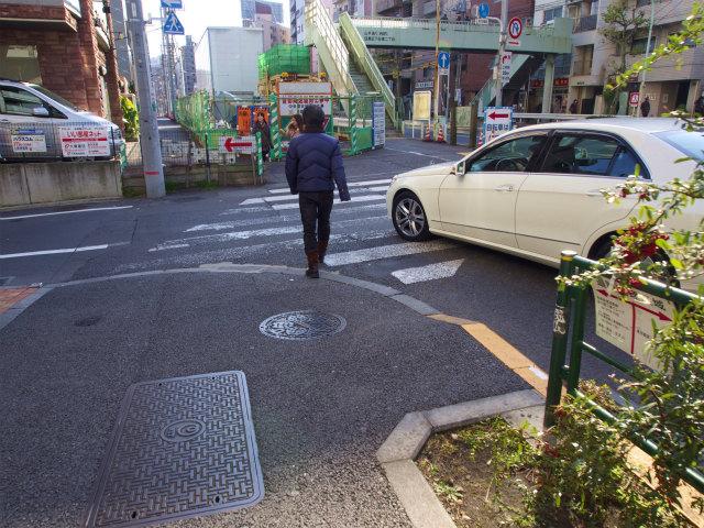 クソババァの運転する車両が歩行者横断妨害。ちなみに(ダ)さいたまナンバー。