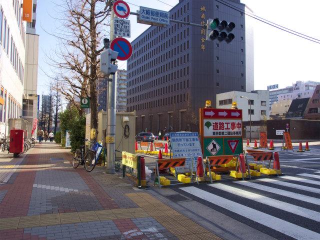 大崎郵便局前。ここでは換気所の工事が行われています。