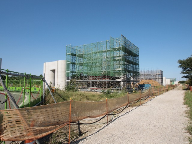 内回り側から同じ方向。こちらは橋脚建設中。