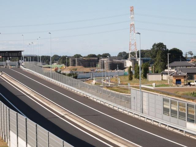 上尾道路の歩道橋から、桶川インター側の構造物を。