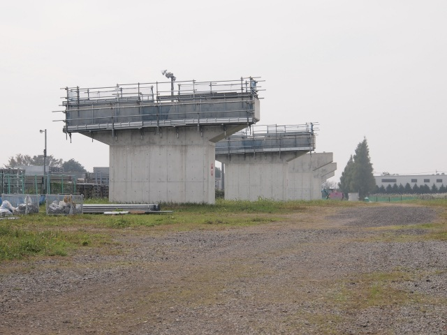埼玉県との県境でも上部工事が始まりました。
