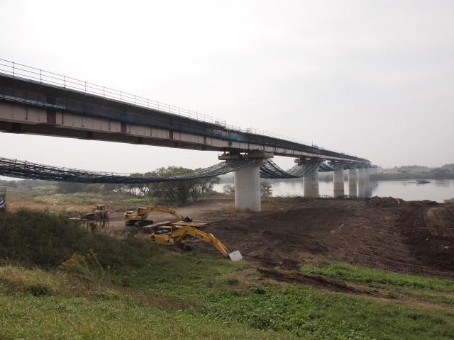 圏央道利根川高架橋。下流にある東インターと神埼インター間の利根川渡河部は圏央道利根川橋となります。