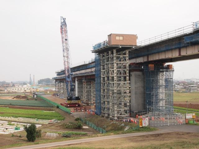 背中側。利根川対岸まで押し出し工法で架橋されます。