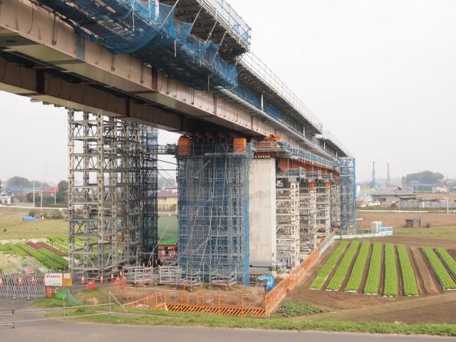 用地幅ギリギリで作業中。利根川を渡る橋は限られているんで、是非とも4車線化してほしい。