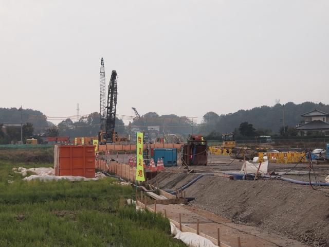 左側を拡大。基礎工事中。
