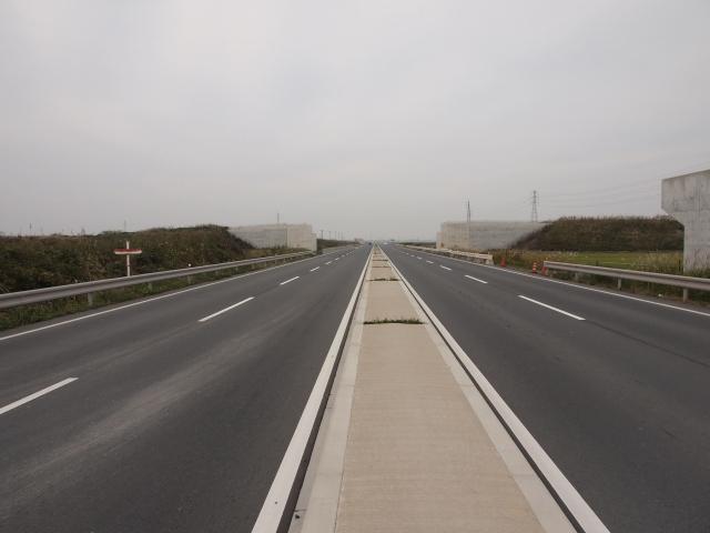 アクセス道路の国道294号線。4車線化されましたが歩道がありません。
