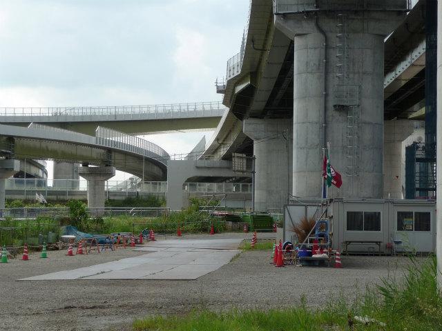 東北道と圏央道の各本線の交差付近。左側が東北道上り線、画面奥が圏央道関越道方面。