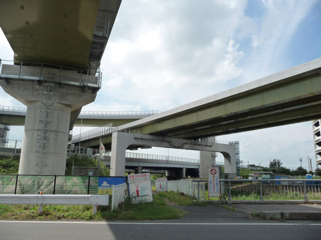 備前堀川にかかる県道上尾久喜線の橋の脇から関越道方面。