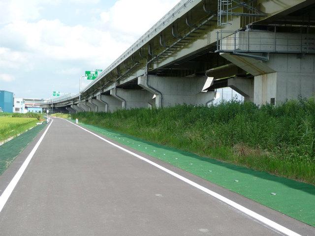 反対側の側道。この先の市道には接続せず、右折して反対方向の側道に合流。抜け道には使えません。