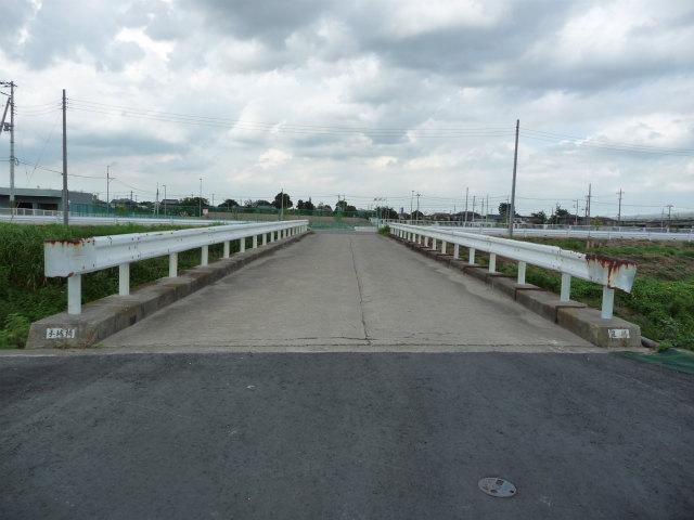 側道から50メートルほど離れた従来から利用されていた橋。